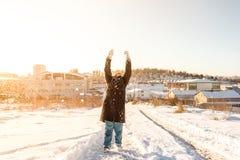 Het kind werpt op sneeuw op een sneeuwdag in Istanbu Stock Foto