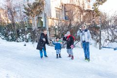 Het kind werpt op sneeuw op een sneeuwdag in Istanbu Royalty-vrije Stock Foto's