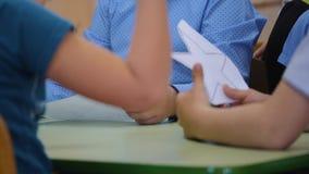 Het kind wordt verwijderd van document met schaarcijfers De grote handen van het kind Kinderen` s creativiteit Pre-school stock videobeelden