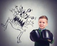Het kind ziet een virus onder ogen Stock Afbeeldingen