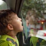 Het kind zit in de alleen auto stock foto