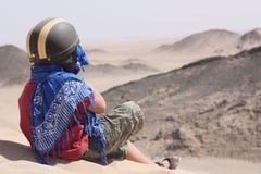 Het kind zit op een berg in de wildernis Royalty-vrije Stock Foto