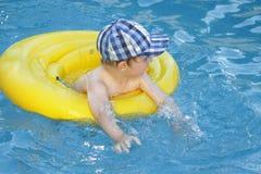 Het kind zwemt royalty-vrije stock afbeelding