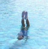 Het kind zwemt en duikt in de pool Royalty-vrije Stock Fotografie
