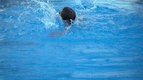 Het kind zwemt in Zwembad stock videobeelden