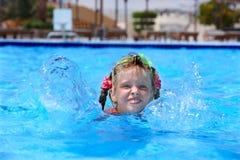 Het kind zwemt in zwembad. Royalty-vrije Stock Fotografie