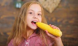 Het kindmeisje geniet het landbouwbedrijf van leven Het organische Tuinieren Kweek uw eigen natuurvoeding Jong geitjelandbouwer m stock foto