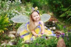 Het kindmeisje kleedde zich als fee Stock Afbeelding
