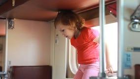 Het kindmeisje reist door trein Babyreizen door spoorwegvervoer en en wordend klaar aan slaap stock footage