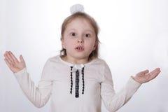 Het kindmeisje toont emoties in heldere kleren stock afbeeldingen