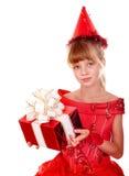 Het kindmeisje van de verjaardag in rode kleding met giftdoos. stock foto
