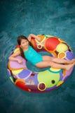 Het kindmeisje zwemt Royalty-vrije Stock Afbeeldingen