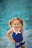 Het kindmeisje zwemt water Stock Afbeeldingen