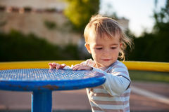 Het kindspelen van de babyjongen op speelplaatsgebied Royalty-vrije Stock Afbeeldingen