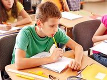 Het kindzitting van de school in klaslokaal. royalty-vrije stock afbeeldingen
