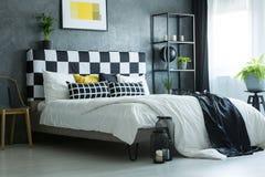Het kingsizee bed van de contrastkleur Stock Foto's