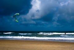 het kiteboarding met stormachtige hemel Royalty-vrije Stock Afbeeldingen