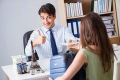Het klanten bezoekende reisbureau en het spreken aan agent stock foto