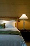 Het klassieke bed van de koningsgrootte van een vijfsterrenreeksruimte royalty-vrije stock fotografie