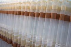 Het klassieke beige gordijn hangen op een venster royalty-vrije stock foto's