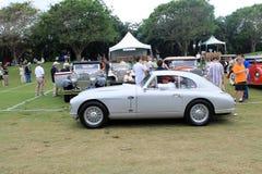 Het klassieke Britse sportwagen drijven op gazon Stock Foto's