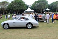 Het klassieke Britse sportwagen drijven op gras Royalty-vrije Stock Afbeeldingen