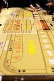 Het klassieke casinospel met dobbelt en spaanders Stock Afbeeldingen