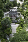 Het klassieke Chinese de tuin van Azië modelleren met stijl de Zuid- van China, oosters landschapspark met binnenplaats en pavilj Stock Foto
