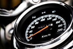 Het klassieke dashboard van de motorfietsafstand in mijlen, afstand in mijlen in wit en bl stock afbeeldingen