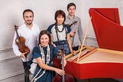 Het klassieke muziekkwartet stellen na het overleg stock foto