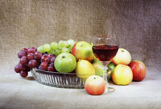 Het klassieke nog-leven met fruit en wijnglas stock afbeeldingen