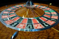 Het klassieke wiel die van de casinoroulette snel spinnen Stock Foto's