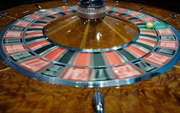 Het klassieke wiel die van de casinoroulette snel spinnen Royalty-vrije Stock Foto's