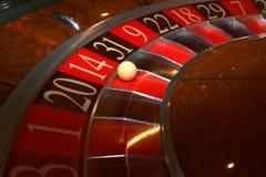 Het klassieke wiel van de casinoroulette met bal Stock Foto's