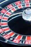 Het klassieke wiel van de casinoroulette met bal op nummer 24 zwarte Royalty-vrije Stock Fotografie