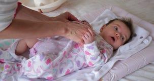 Het kleden van de Baby stock footage