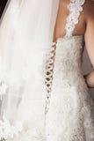 Het kleden van de bruidkleding Stock Foto