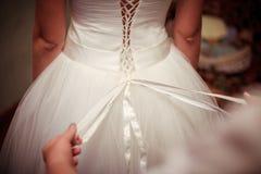 Het kleden van de bruidkleding Royalty-vrije Stock Afbeelding