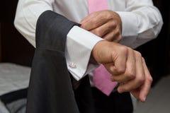 Het kleden zich van bruidegoms Stock Fotografie