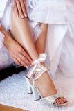 Het kleden zich van de bruid schoenen Stock Foto