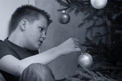Het kleden zich van de tiener Kerstboom Royalty-vrije Stock Foto