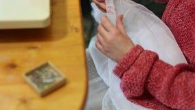 Het kleermakerswerk. stock footage