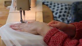 Het kleermakerswerk. stock videobeelden