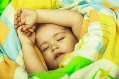 Het kleine baby dromen Slaperige baby in kleurrijke deken royalty-vrije stock fotografie