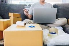 Het kleine bedrijfspakket voor verzending aan cliënt, Jonge mens ontving online het winkelen pakket het openen dozen en het kopen royalty-vrije stock afbeelding