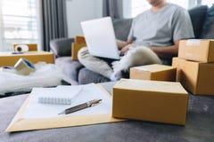 Het kleine bedrijfspakket voor verzending aan cliënt, Jonge mens ontving online het winkelen pakket het openen dozen en het kopen stock afbeelding