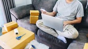 Het kleine bedrijfspakket voor verzending aan cli?nt, Jonge mens ontving online het winkelen pakket het openen dozen en het kopen royalty-vrije stock fotografie