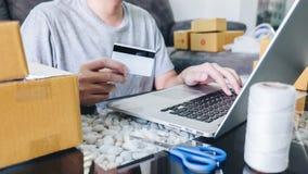 Het kleine bedrijfspakket voor verzending aan cli?nt, Jonge mens ontving online het winkelen pakket het openen dozen en het kopen royalty-vrije stock foto's