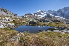 Het kleine bergmeer snakt een hoge weg in Zuid-Tirol Stock Foto