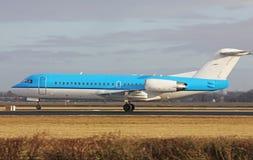 Het kleine blauwe vliegtuig opstijgen Stock Afbeeldingen